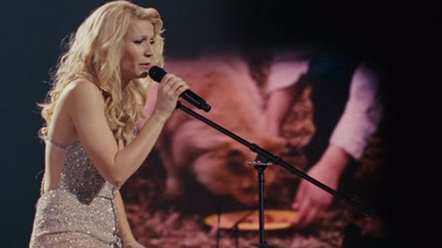 Country Strong - Kelly Canter Gwyneth Paltrow singing on stage with home movies of cat being fed in background