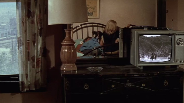 The Getaway - Rudy Al Lettieri lifting black kitten Poor Little Harold with Fran Sally Struthers in hotel room