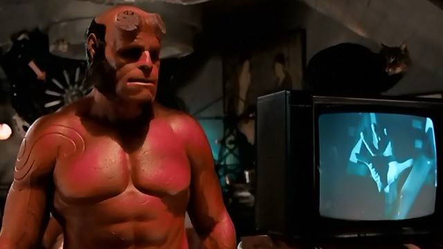 Hellboy II: The Golden Army - Hellboy Ron Perlman and cat on television set