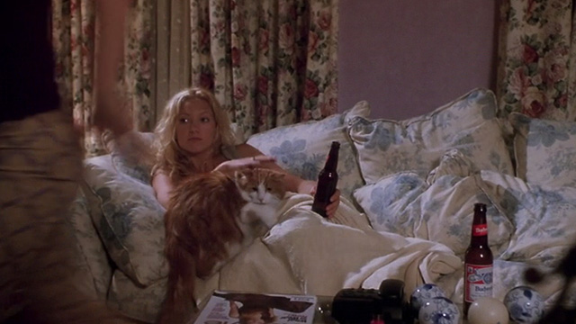 How to Lose a Guy in 10 Days - Andie Kate Hudson with orange and white long haired cat about to leave couch