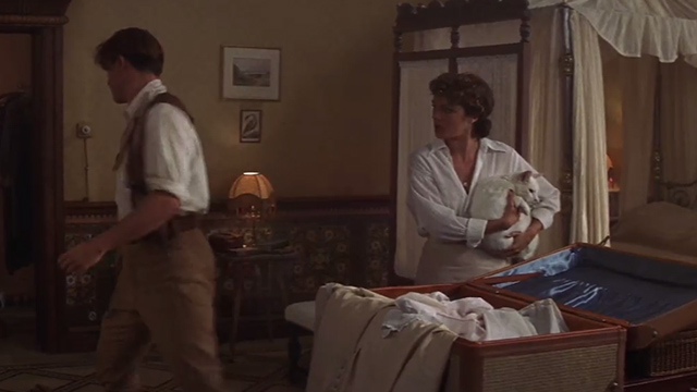 The Mummy - Evelyn Rachel Weisz holding white cat as Rick Brendan Fraser walks away