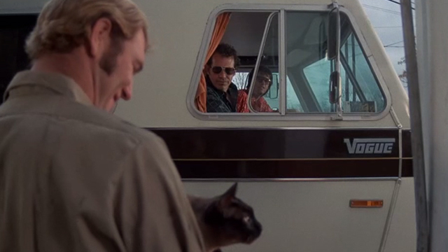 Race With the Devil - gas station attendant holding Siamese cat with Warren Oates and Peter Fonda