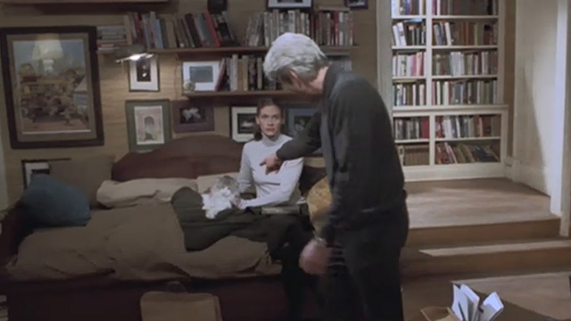 Runaway Bride - long-haired cat Italics sitting beside Maggie Julia Roberts on couch with Ike Richard Gere